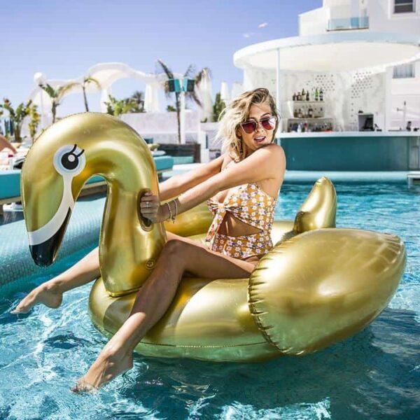 Swim Essentials: Zwaan opblaasbaar luchtbed goud.