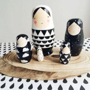 Petit Monkey: Nesting Dolls zwart - wit